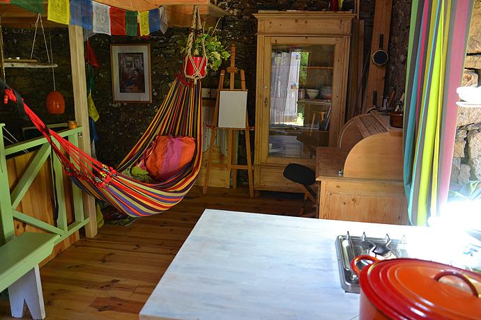 intérieur de la cabane en pierre avec hamac
