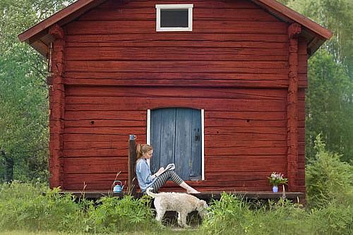 cabanon scandinave avec jeune fille
