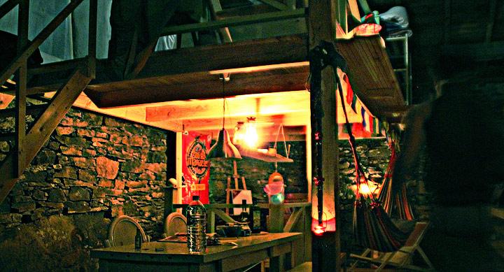 cabane de pierre en ambiance de nuit