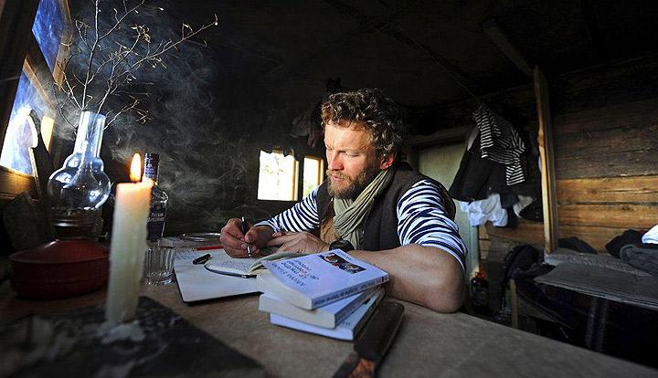 écrivain au travail dans une cabane