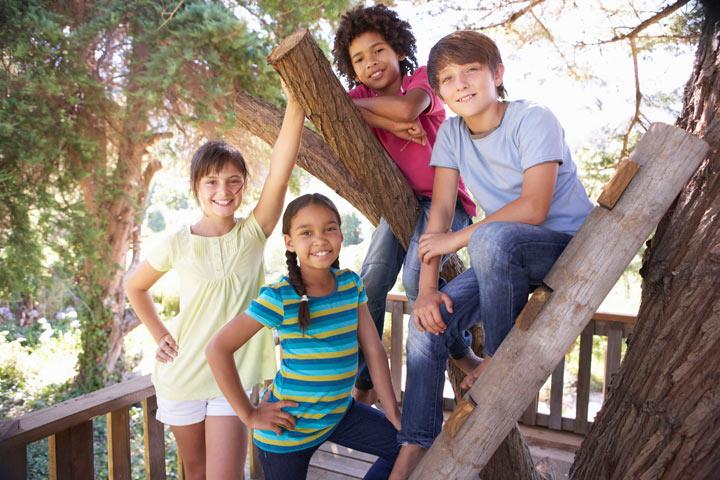 enfants sur sur terrasse perchée