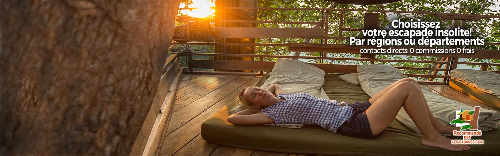 femme sur une terrasse de cabane en bois en location