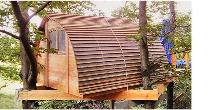 pose des liteaux sur un toit de la cabane.
